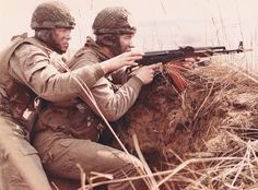 East German paratroopers on training. Military Weapons, Military Art, Military History, Military Uniforms, Warsaw Pact, Soviet Army, German Uniforms, Military Pictures, East Germany