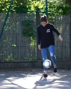 Funny Tik Toks Discover Dang shes good. Soccer Gifs, Soccer Memes, Soccer Drills, Soccer Players, Fitness Video, Sport Fitness, Pilates Video, Pilates Workout, Football Tricks