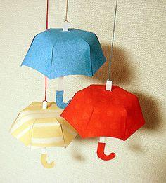 梅雨の季節、ちょっぴり憂うつ… でも、お気に入りの傘と一緒なら、雨の日も楽しいな(^^) そんな気持ちから生まれた、傘のかたちのオーナメントです。 カラフルな紙でたくさん作って、お部屋の中を明るく飾ってくださいね(^^)