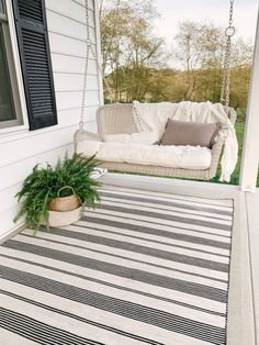 Shimmering Porch Swing Bed Design Ideas That Look More Comfort Farmhouse Outdoor Rugs, Modern Farmhouse, Farmhouse Decor, Wicker Porch Swing, Front Porch Swings, Screened Porches, Porch Area, Diy Porch, Patio Rugs