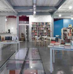 Poprzemysłowe wnętrze, książki i kawa – taką mieszkankę oferuje swoim gościom księgarnio-kawiarnia w Madrycie. Jej wnętrza zaprojektowali architekci z pracowni MYCC. http://sztuka-wnetrza.pl/701/artykul/bialy-industrial