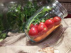 Морковь нарезаем соломкой.       Перец разрезаем на 4-6 частей .     Выбираем маленькие помидоры.     В стерилизованную банку уклады...