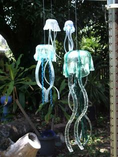Wind Chimes: 48 Different DIY Ideas and Unique Upscale Designs Wind chimes are one of the most popular garden ideas with some very different and unique designs. We bring you the 48 best DIY and upscale wind chimes. Broken Glass Art, Sea Glass Art, Stained Glass Art, Mosaic Glass, Fused Glass, Diy Wind Chimes, Glass Wind Chimes, Homemade Wind Chimes, Plastic Bottle Crafts