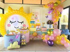 Festa lindíssima no tema Sol!  Credito: @la_partiee_teresina  #Festainfantil #ChadeBebe #FestaSol #ChaSol #Sol #FestaMenina #ChaMenina #FestaMenino #ChaMenino Sunshine Birthday Parties, 1st Birthday Party Themes, Spa Birthday Parties, Birthday Balloons, Birthday Ideas, Party Invitations Kids, Printable Birthday Invitations, Teenage Girl Birthday, Little Mac