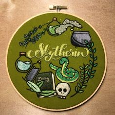 Simple Embroidery, Embroidery Hoop Art, Hand Embroidery Patterns, Cross Stitch Embroidery, Cross Stitch Patterns, Embroidery Designs, Slytherin, Cross Stitch Harry Potter, Stitch Design