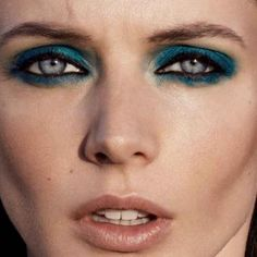 Tinta regina degli Anni 80, accende gli occhi dell'estate 2014...Torna il trucco blu Styling Paolo Turina, modella Charon per Viva, trucco Hèlène Vasnier – Foto DRIU+TIAGO
