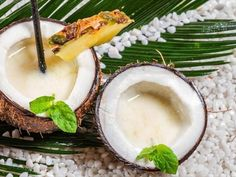 pina coladas served in cracked coconuts Protein Shakes For Kids, Protein Shake Recipes, Healthy Shakes, Pina Colada Recept, Coco Lopez, Easy Mixed Drinks, Weight Watcher Smoothies, Sweet Cocktails, Drink Recipes