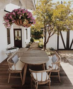 Pretty outdoor dining area with wooden table and chairs. Dining Set Ideas of Dining Pretty outdoor dining area with wooden table and chairs. - Dining Set - Ideas of Dining Set Patio Diy, Wood Patio, Patio Dining, Dining Area, Outdoor Dining Set, Dining Sets, Patio Seating, Ikea Patio, Garden Dining Set