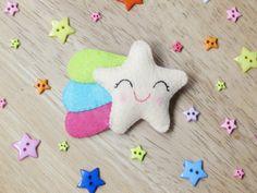 Broche de fieltro Estrella Fugaz de la Suerte - Pin kawaii de estrella con estela de arco iris