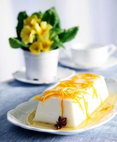 panacotta arwmatismeni me lemoni kai saltsa portokaliou Famous Desserts, Greek Desserts, Party Desserts, Greek Recipes, Vegan Sweets, Sweets Recipes, Vegan Desserts, Vegan Recipes, Comme Un Chef