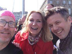 30.03.2014 - Under det Københavnske Halv Marathon i går var flere løbere heldige at få sig et selfie med hjem med kronprinsen og statsministeren, som var friske på løjerne denne solrige dag i Københavns gader. Det er da kun i Danmark det kan lade sig gøre så afslappet