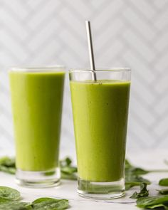 This fail proof green smoothie recipes has a secret trick for getting a perfect smooth smoothie with no weird green chunks in it! Easy and delicious! Best Green Smoothie, Healthy Green Smoothies, Yummy Smoothies, Smoothie Recipes With Yogurt, Yogurt Smoothies, Energy Drinks, Zucchini Smoothie, Smoothie Benefits, Vegan Recipes