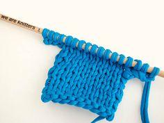 En ocasiones, cuando tejemos una prenda a dos agujas, necesitamos montar puntos al inicio o al final de una vuelta. Desde We Are Knitters nos enseñan dos métodos para hacerlo. ¡Sigue los pasos!
