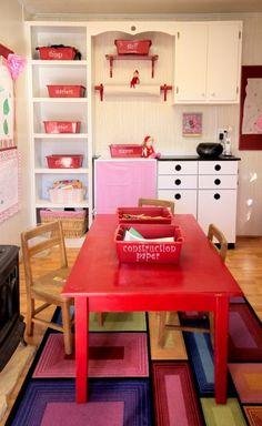 Se você tem #filhos e bastante espaço em casa, uma boa opção é criar um lugar bacana onde eles possam brincar, desenhar e exercitar a criatividade à vontade. Para manter o local organizado, coloque os objetos em caixas identificadas. Assim é muito mais fácil  para guardar e achar tudo! #dica  #mães #home