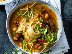 Ramen – that's how the Japanese describe both noodles and a delicious noodle soup. We'll tell you the recipe for ramen soup, step by step! Hamburger Meat Recipes, Sausage Recipes, Beef Recipes, Soup Recipes, Healthy Recipes, Cooking Recipes, Sopa Ramen, Ramen Soup, Noodle Soup