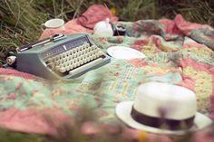 O Amor só é bonito na poesia  Principalmente na do Mário Quintana,  Pra Camões era um drama,  Pro Vinicius de Moraes uma necessidade humana, Pra Pessoa era uma ilusão, Pra Drummond era a melhor coisa da vida e Pra mim, o amor é quase uma sina!   Vinícius Canário