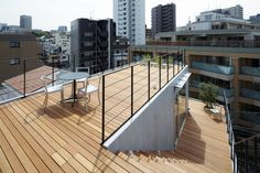 A balcony or terrace enhances the living room where he or she adds a new dimension. What modern house with a balcony or terrace? Brick Effect Wallpaper, House Tokyo, Magazine Deco, House With Balcony, Wooden Facade, Small Balcony Design, Boutique Deco, Roof Design, Deco Design