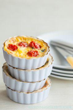 Spinat-Tartelettes mit Kirschtomaten - perfekt für einen schönen Osterbrunch - Rezepte auf http://www.backenmachtgluecklich.de/rezepte/die-besten-osterbrunch-rezepte.html