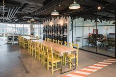 Cum arata cele mai cool birouri amenajate anul trecut in Bucuresti | La zi pe Metropotam Mai, Conference Room, Interior Design, Table, Furniture, Home Decor, Nest Design, Homemade Home Decor, Home Interior Design