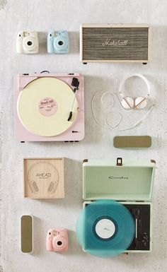 Vintage Retro Style flat lays will forever remind me of wee anderson - Record Player Urban Outfitters, Retro Vintage, Vintage Hipster, Vintage Room, Bedroom Vintage, Deco Cool, Record Players, Crosley Record Player, Background Vintage