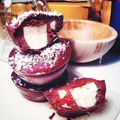Сыроедное мороженое Рецепт: топим на водяной бане какао прессованное, разбавляем ореховым молоком, добавляем сироп. Полученная шоко смесь должна растекаться как сметана. Наливаем в форму немного, кидаем порезанные бананы, орешки, сухофрукты или ореховую пасту, короче, все что угодно. И заливаем все это шоко. В морозилку на ночь.
