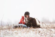 """Die ruhigen Momente… Einfach mal so daliegen, nichts tun und den Tag genießen. Wann tun wir das schon? Für mich faszinierend, dass während eines Fotoshootings, wenn alle aufgeregt sind genau solche Bilder entstehen. """"Ich leg mich jetzt mal dahin, macht ihr doch einfach mal weiter…"""" – Schön zu sehen wenn sich Pferde auch während so eines Shootings wohl fühlen und auch ihre Besitzer mit so einer Ruhe anstecken. :) #Pferde #pferdefotografie Horse Pictures, That Look, Community, Horses, In This Moment, Group, Couple Photos, Board, Inspiration"""