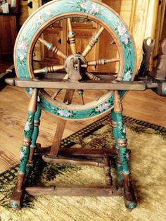 Vintage Spinning Wheel hmmmm...pretty!