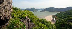 CAT BA je největší ostrov zátoky Ha Long s krásnými jeskyněmi a džunglí.
