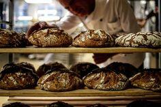 Ein Brot, das einen Namen trägt - Ehrlich erzeugtes Brot und Gebäck aus Wasser, Salz und Mehl gibt einem der traditionellsten Berufe wieder das Image und die Glaubwürdigkeit zurück, fernab von einer mechanisierten Produktion. Zum Rezept: http://www.nachrichten.at/freizeit/essen_trinken/Ein-Brot-das-einen-Namen-traegt;art115,1489980 (Bild: Weihbold)