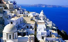 サントリーニ島はエーゲ海上のキクラデス諸島に属するギリシャにある島で、そのあまりの美しさが今話題に。島に溢れる青と白のコントラストは言葉にならないほど。世界有数の絶景ポイントがそこかしこに点在する奇跡の島、とも言われています。まるで夢の世界!