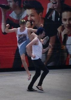 i'm dying...like what the hell is even going on here I literally have no words to describe Michael and Lukes friendship :'D