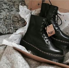 Image about fashion in Zapatos y Zapatillas by Nix Dr Shoes, Hype Shoes, Sock Shoes, Me Too Shoes, Shoe Boots, Shoes Heels, Shoe Bag, Vans Shoes, Dr. Martens