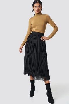 This Pleated Long skirt by NA-KD features an elastic waist, a pleated layer, a straight leg and a soft material. Black Pleated Skirt Outfit, Skirt Outfits, Midi Skirt, Meeting Outfit, H&m Shorts, Minimal Chic, Style Inspiration, My Style, Affair