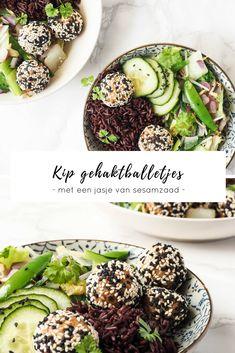 Heerlijke kipgehaktballetjes in een jasje van sesamzaad. Je bakt ze gemakkelijk in de airfryer of pan. Lekker met wat rijst en geroerbakte groenten.
