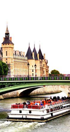 Rio Sena e um Bateau Mouche, em Paris, França.  Fotografia: Vlad G | via Shutterstock.