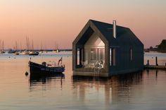 """Construido por NRJA en ,  """"Granero flotante"""" es un proyecto de casa junto al lago, diseñada para los largos veranos letones. La casa de dos pis..."""