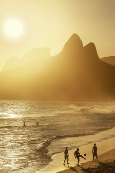 Fußball am Ipanema Strand. Rio de Janeiro, Brasilien. Foto: Felix Richter Medium Art, Strand, Celestial, Outdoor, Rio De Janeiro, Pictures, Brazil, Social Media, Kunst