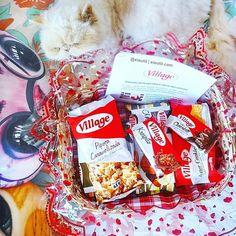 """Ei, é Útil! (Ana e Isa) no Instagram: """"#ChegouNOeiEutil, uma linda cesta de café da manhã da #Village (destaque para o Pantufy (gato) comendo a cesta 😂) . As novidades é a linha de bolos que ganha o tamanho de 180g, embalagens renovada e o novo sabor Mesclado (chocolate + baunilha). E os bolos da Village foi desenvolvida especialmente para agradar ao paladar dos consumidores, com o diferencial de ser um produto 0% lactose. Outro lançamento é o Wafer de Chocolate, hummmm🍫. . #Presskit…"""