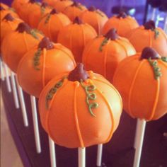 pumpkin cake pops choc chip for stem Halloween Cake Pops, Halloween Goodies, Halloween Desserts, Fall Desserts, Halloween Treats, Elegant Desserts, Elegant Cakes, Thanksgiving Treats, Fall Treats