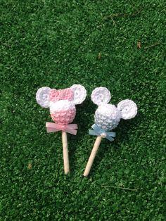 mini chupa chups colorati Crochet Panda, Crochet Animals, Crochet Christmas Gifts, Crochet Gifts, Crochet Waffle Stitch, Crochet Baby Boots, Crochet Disney, Baby Shawer, Pencil Toppers