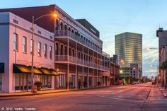 The downtown area offers an intriguing selection of shops, restaurants, galleries, and museums within a perfect radius for self-guided tours.