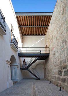 Ubicado a tan sólo una cuadra del zócalo de la ciudad de Oaxaca, entre las calles de Independencia y Hidalgo, se encuentra un conjunto de casas/edificios que forman parte del primer convento dominico de la ciudad. Hasta hace tres años, el ex convento d...
