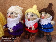 Blancanieves huyendo de su madrastra encontró en el bosque una casita muy pequeñita. Dentrohabíauna mesita con 7 silllitas, también... Crochet Hats, Beanie, Knitting, Disney, Board, Seven Dwarfs, Snow White, Crochet Dolls, Recipes