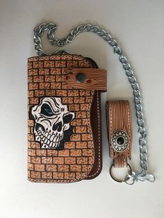 Portefeuille biker artisanal en cuir repoussé (16cm) motif: skull emmuré