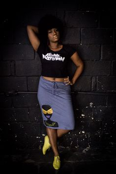 A modelo Karla Caroline usa cropped com estampa Sarará Revolution. Valor :R$40 reais. E saia estampa badu na cor cinza por R$68 reais.