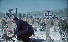 German Kriegsberichter (war correspondent) from Kriegsmarine, Horst Grund, honors a fallen comrade on the Soldatenfriedhof (military ce. Military Art, Military History, Luftwaffe, Military Cemetery, German Soldiers Ww2, Afrika Korps, Military Pictures, National Archives, Historical Pictures