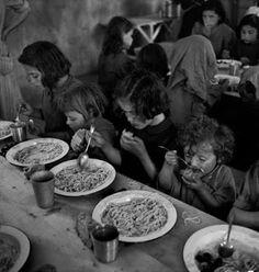 David Seymour - I rifugiati dalle zone di guerra civile in Grecia, 1948 Henri Cartier Bresson, Guernica, War Photography, Street Photography, Greece Photography, Frente Popular, Seymour, Greek History, David