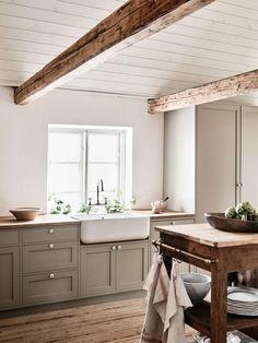 Farmhouse Kitchen Cabinets, Shaker Kitchen, Modern Farmhouse Kitchens, Kitchen Cabinet Design, New Kitchen, Home Kitchens, Small Kitchens, Country Kitchens, Neutral Kitchen Cabinets