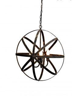 Snygg, stilren taklampa i en gammaldags stil. Lampan är gjord i borstad guld och är en vacker inredningsdetalj i ditt hem. Ljuskällor ingår ej.