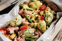 Packed lunch or summer dinner, this tasty salad has all the wonderfully fresh flavors of pesto with just a fraction of the Syns. Healthy Eating Recipes, Healthy Cooking, Cooking Recipes, Healthy Lunches, Easy Recipes, Healthy Food, Tuna Nicoise Salad, Cooking Whole Chicken, Slimming World Recipes